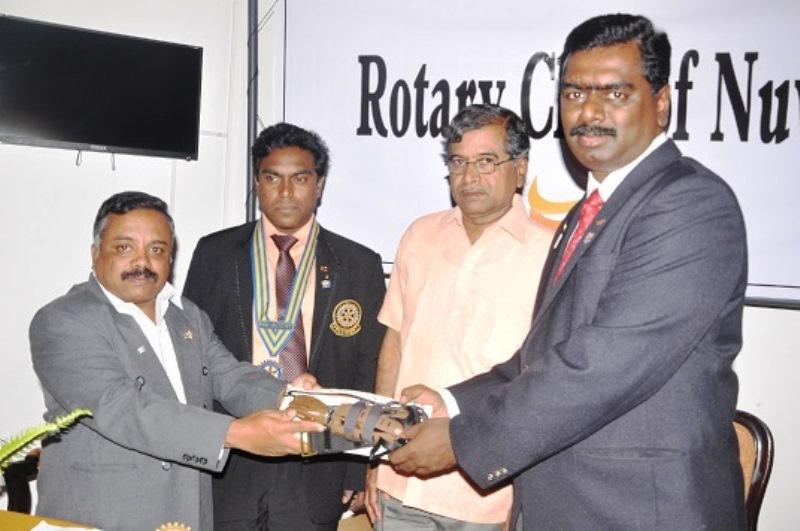 நுவரெலியா -  சுழற்கழகம் - செயற்கைக்ககைள் அளிப்பு01 : rotary01